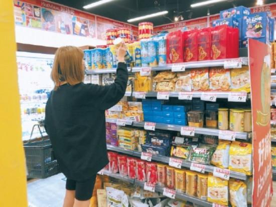 去超市捡漏儿买零嘴儿